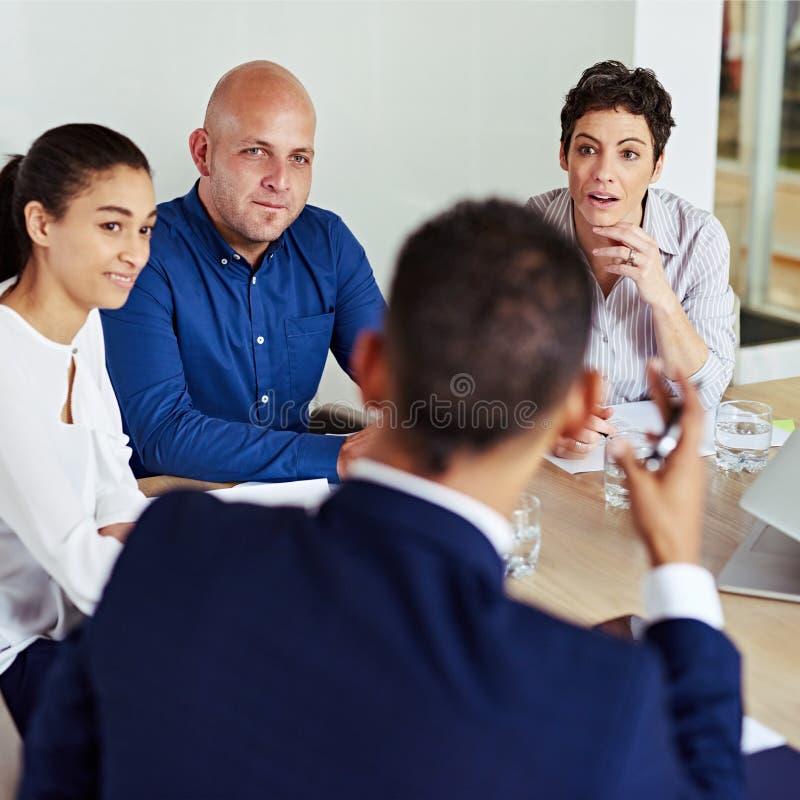 Partnera biznesowego ruchliwie dyskutuje współpraca podczas spotkania wpólnie zdjęcie stock