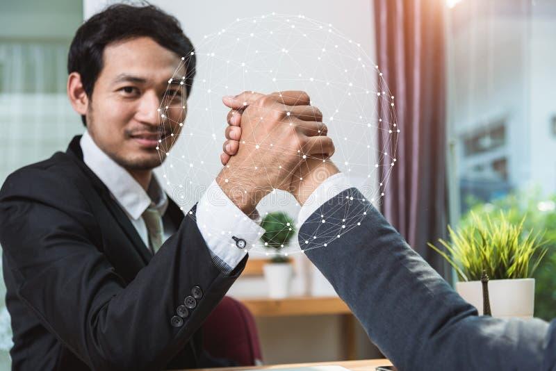 Partnera biznesowego uścisku dłoni chwiania ręki w biurze fotografia royalty free