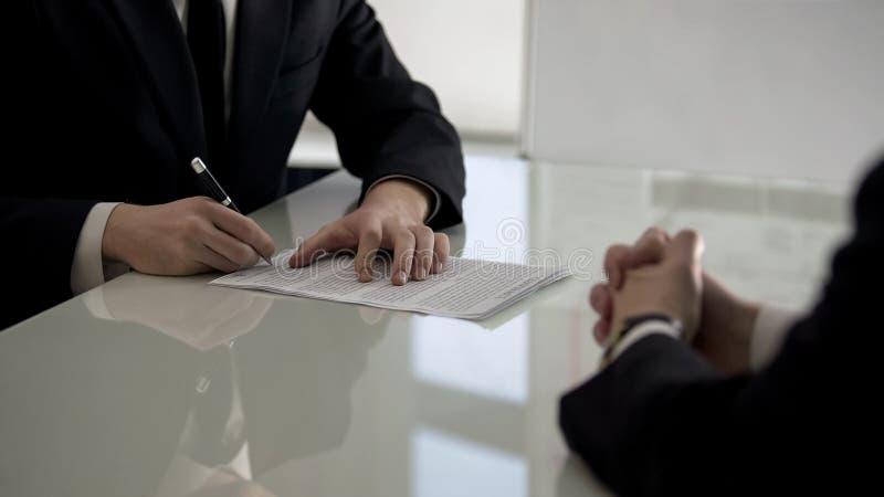 Partners die contract, afdeling van bedrijfaandelen, samenwerking ondertekenen stock foto