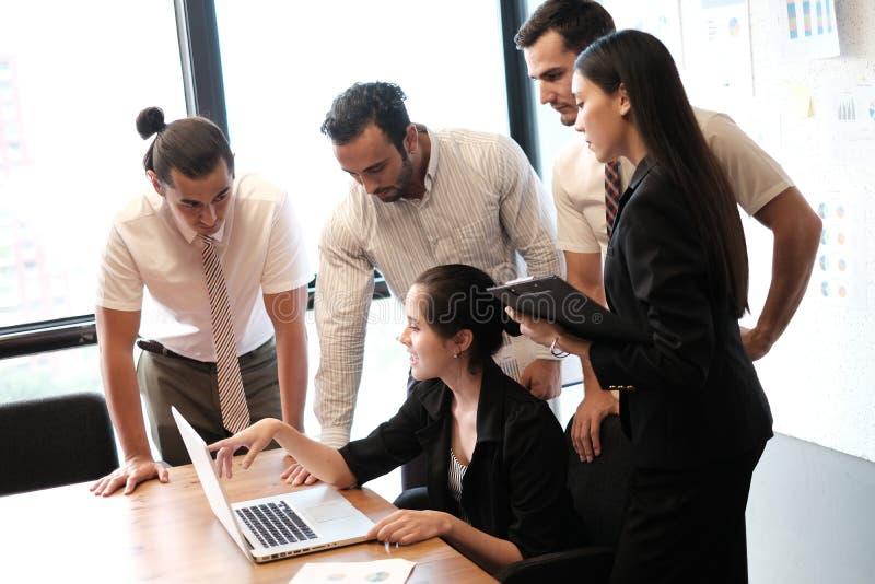 Partners die documenten en ideeën bespreken stock afbeelding