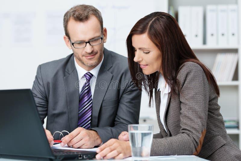 Partners die een bespreking hebben royalty-vrije stock afbeeldingen