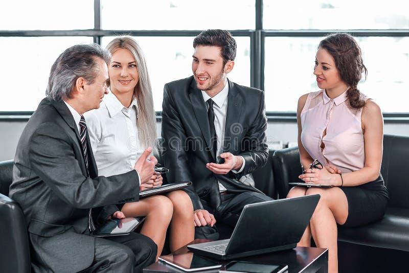 Partners die een nieuw contract bespreken Concept dialoog stock foto's