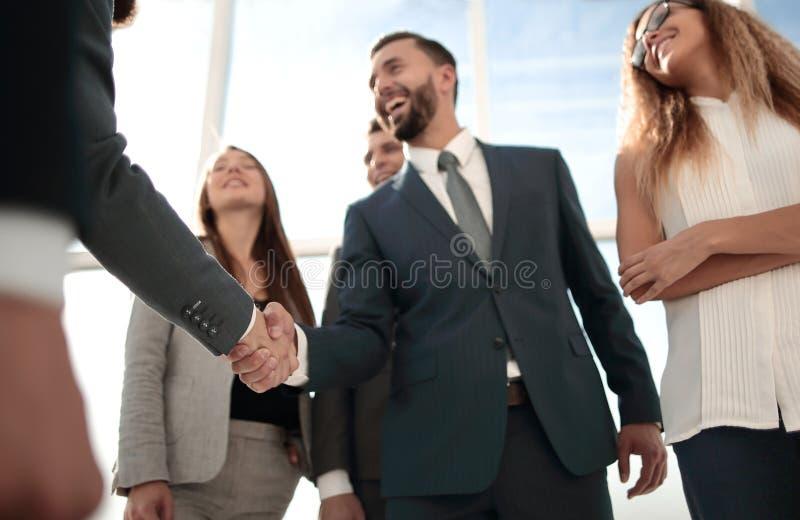 Partners die elkaar met een handdruk begroeten stock foto's