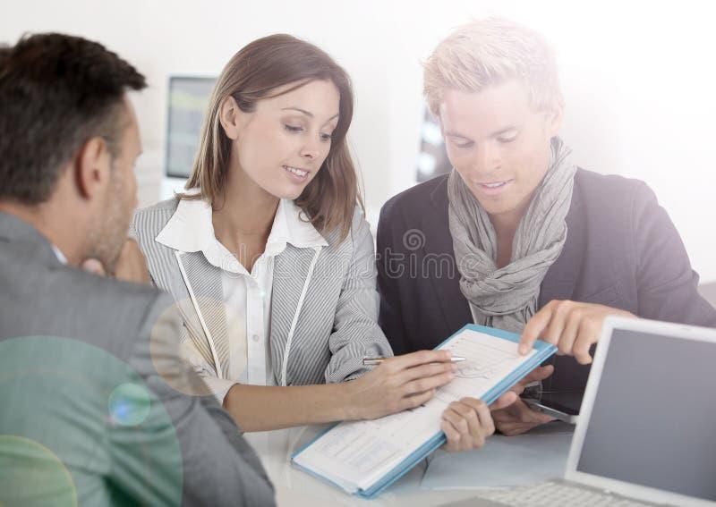 Partners die financiën bespreken stock foto's