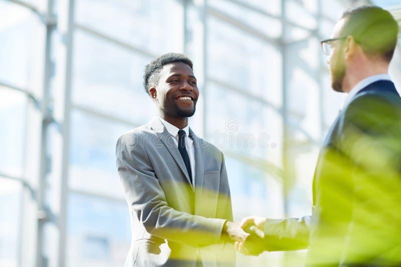 Partners die Handen op Succesvolle Overeenkomst schudden stock foto's