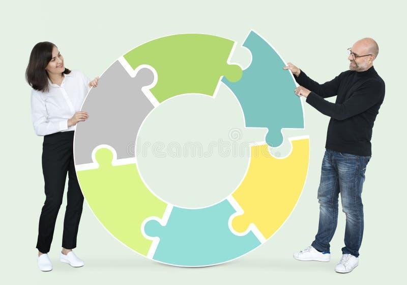 Partners die in het maken van een cirkel samenwerken royalty-vrije stock afbeelding