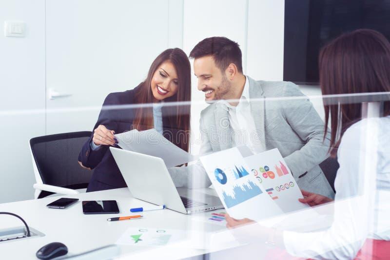 Partners die ideeën of project bespreken op vergadering in bureau stock foto