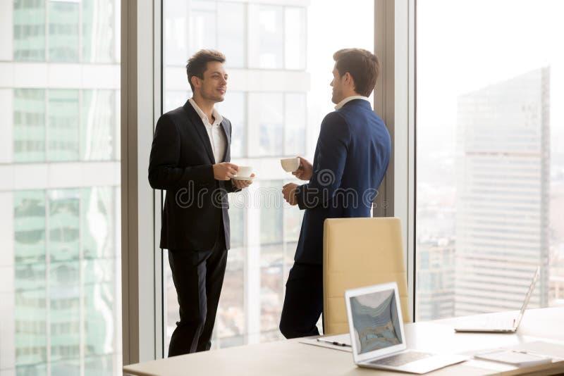 Partners die koffiepauze op vergadering nemen stock fotografie