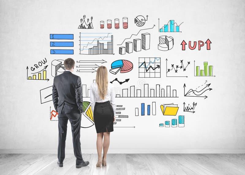 Partners die muur, infographics bekijken stock fotografie