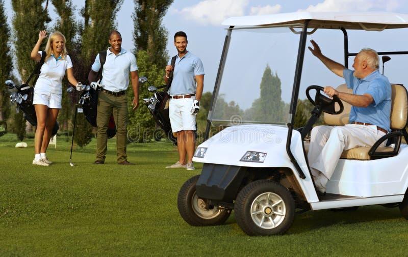 Partners die op golfcursus samenkomen royalty-vrije stock afbeeldingen