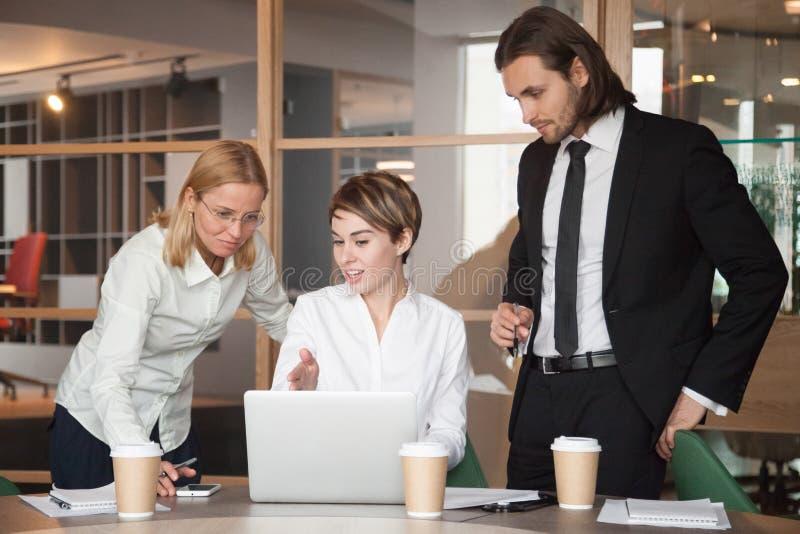 Partners die over strategieën onderhandelen die laptop met behulp van stock afbeelding