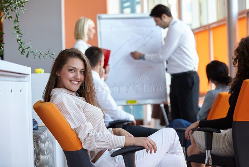 Partners het bespreken stock afbeeldingen