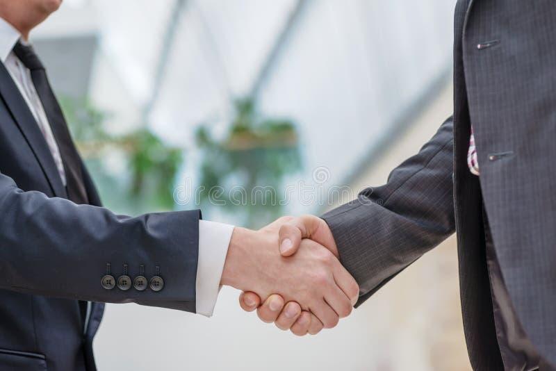 Partners het samenkomen! Jonge zakenman twee die zich tegenover elk o bevinden royalty-vrije stock foto's