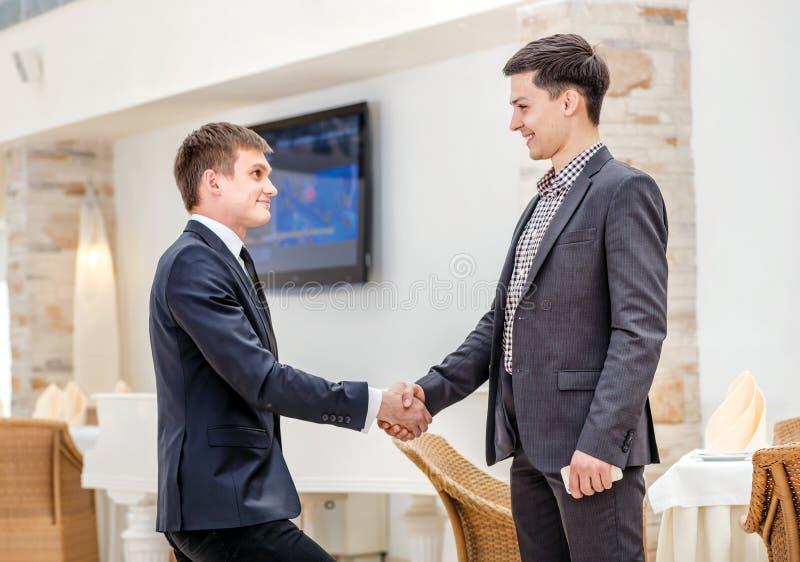 Partners het samenkomen! Jonge zakenman twee status royalty-vrije stock foto's
