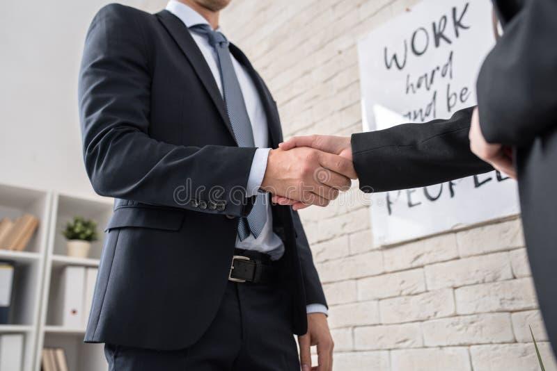 Partners het schudden dient bureau in royalty-vrije stock foto's
