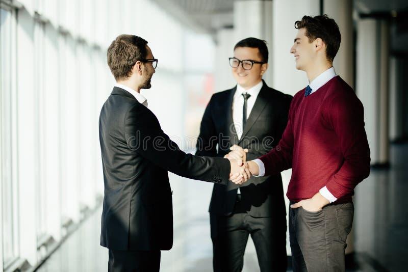 Partners het schudden dient vergaderingszaal in De zaken komen samen royalty-vrije stock foto