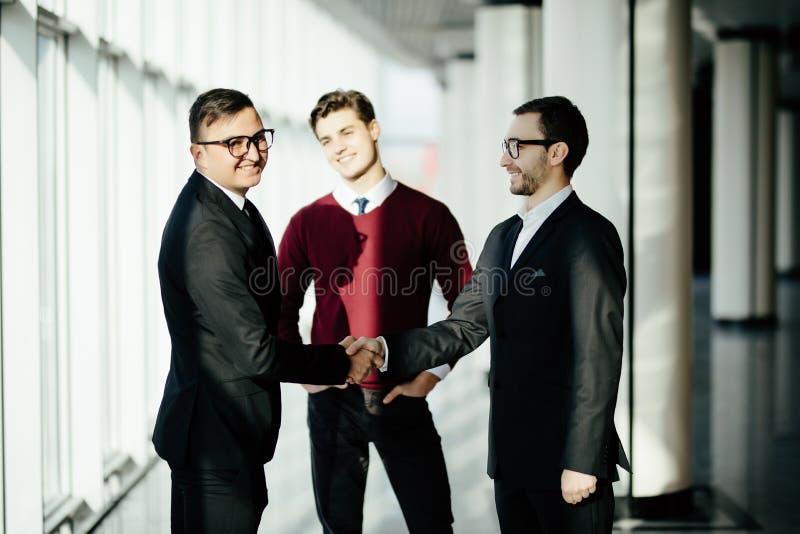 Partners het schudden dient vergaderingszaal in De zaken komen samen royalty-vrije stock foto's