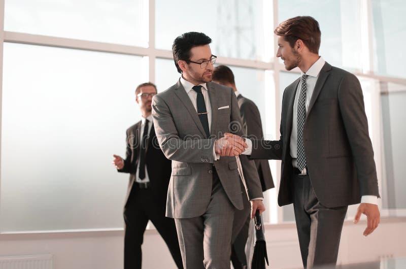Partners het schudden dient vergaderingszaal in stock foto