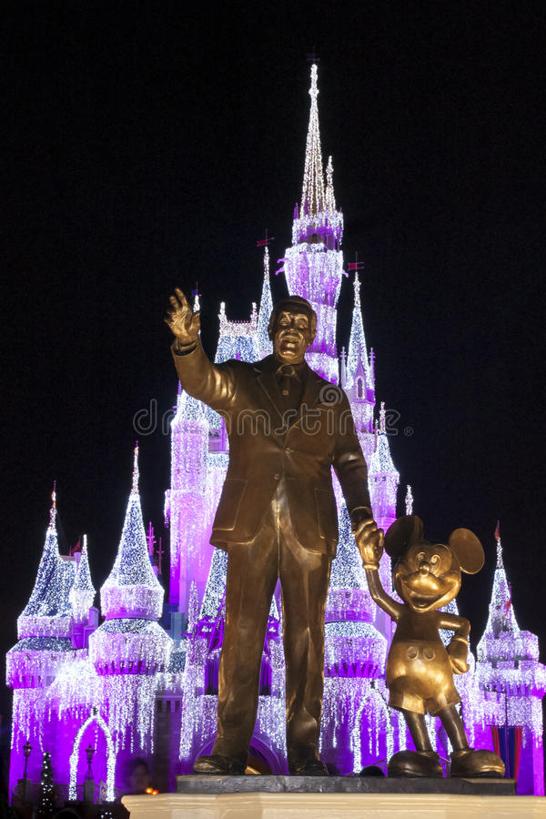 Partners la statua Cinderella Castle Christmas immagini stock
