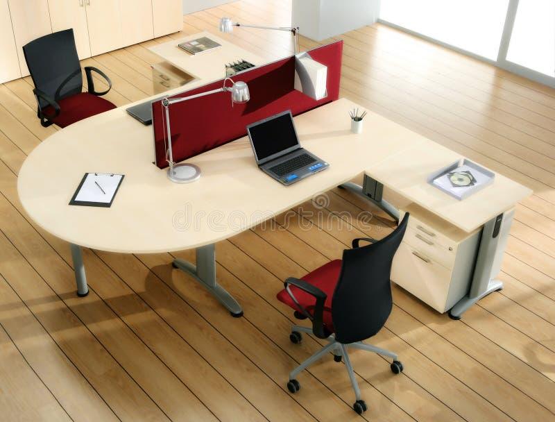 Partners a mesa com computadores imagens de stock