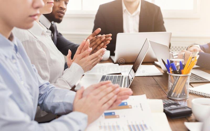 Partners som applåderar händer efter affärsmöte arkivbild