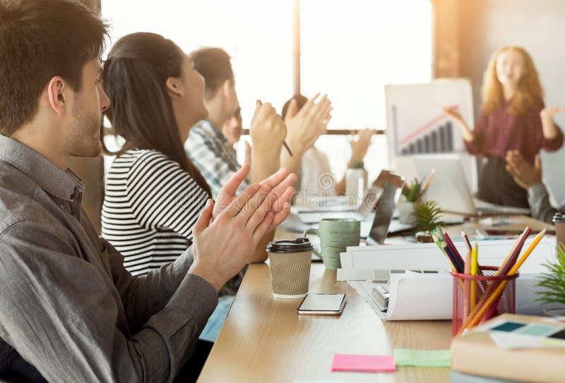 Partners som applåderar händer efter affärsmöte arkivfoton