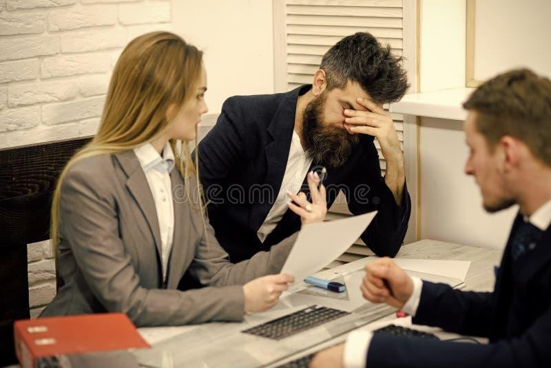 Partners, teleurgestelde zakenlieden op vergadering, bureauachtergrond De bedrijfsonderhandelingen, econoom berekent royalty-vrije stock fotografie