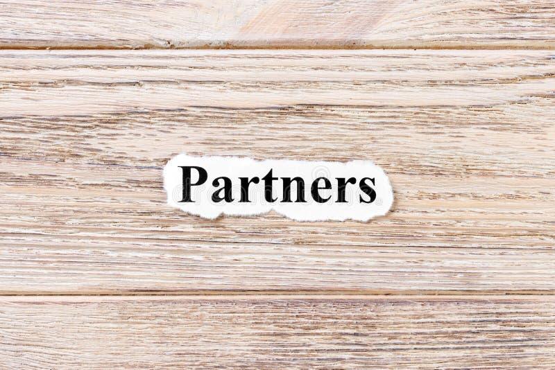 Partners van het woord op papier Concept Woorden van Partner op een houten achtergrond royalty-vrije stock foto