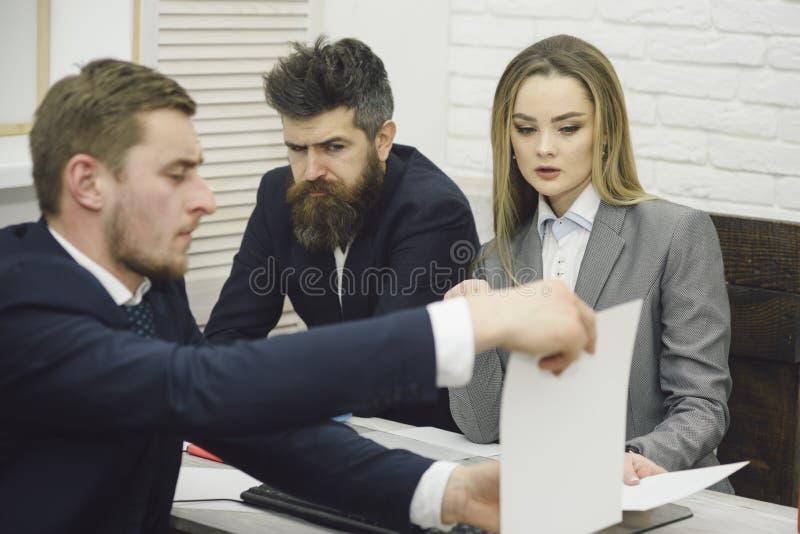Partners of zakenlieden op vergadering, bureauachtergrond De bedrijfsonderhandelingen, bespreken voorwaarden van overeenkomst Vro royalty-vrije stock fotografie
