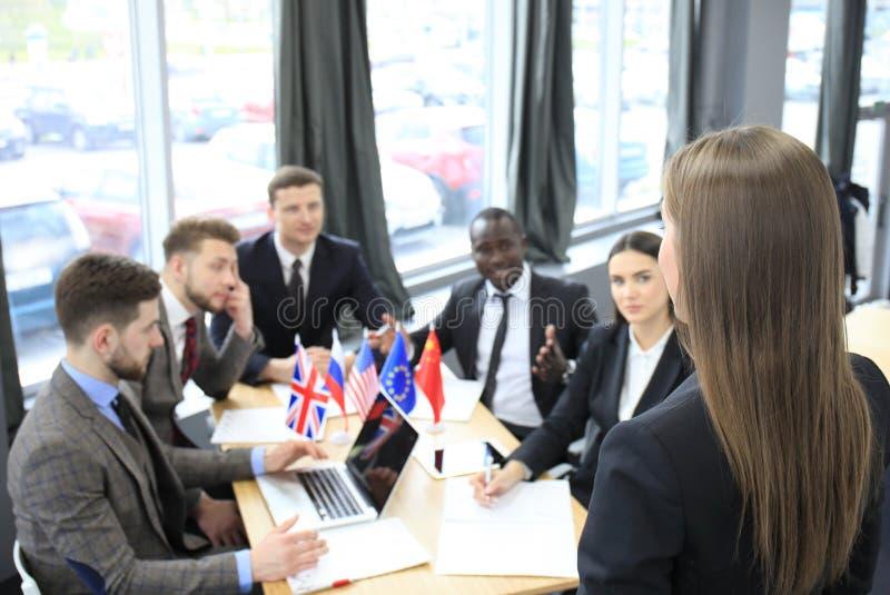 Partnerschaft der Sprecher-Darstellungs-Internationalen Konferenz Geschäftsfrau - 2 stockfotos