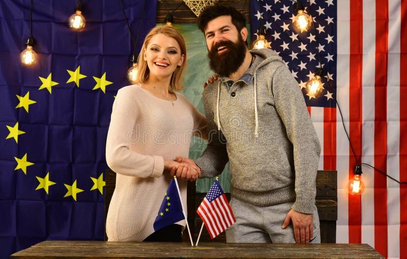 Partnerschaft zwischen Europäischer Gemeinschaft und USA-Flaggen Politisches Verhältnis-Konzept lizenzfreies stockfoto
