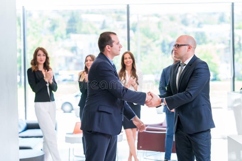 Partnershandenschudden na het ondertekenen van contract royalty-vrije stock fotografie