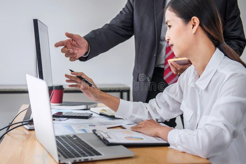 Partnersitzung von Geschäftsteamkollegen Beratung und von DiskussionsVermarktungsplansitzungskonzept auf Finanzbericht und stockfoto