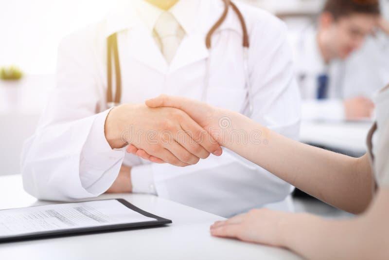 Partnerskap, förtroendeogdoktor och patient, begrepp för medicinska etik Handskakning i medicin royaltyfri foto