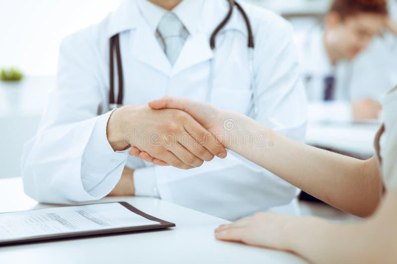 Partnerskap, förtroendeogdoktor och patient, begrepp för medicinska etik Handskakning i medicin arkivbild