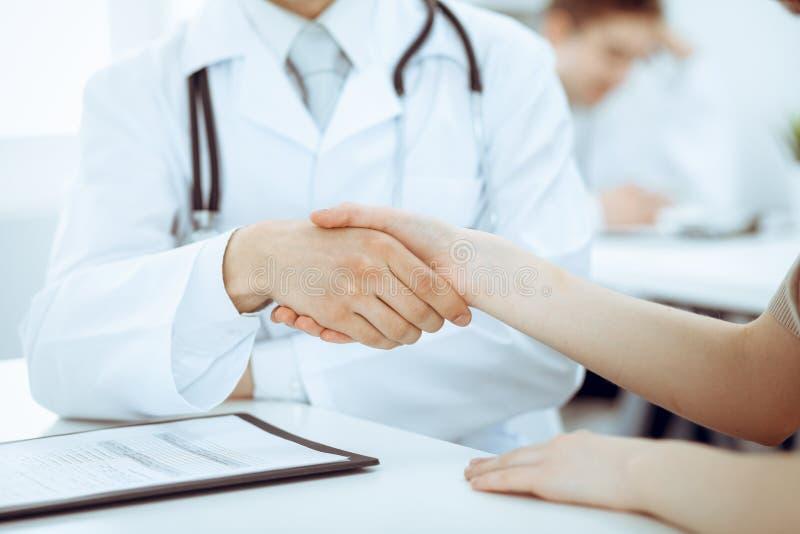 Partnerskap, förtroendeogdoktor och patient, begrepp för medicinska etik Handskakning i medicin royaltyfri bild