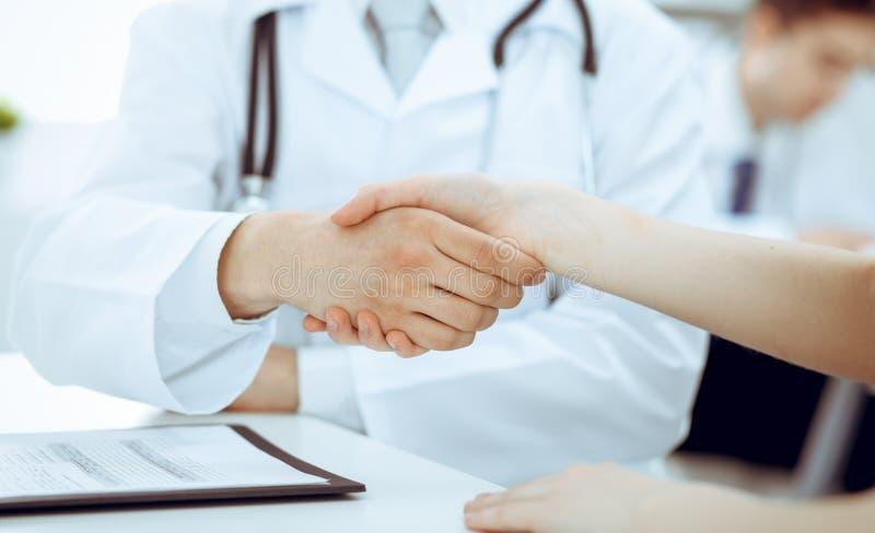 Partnerskap, förtroendeogdoktor och patient, begrepp för medicinska etik Handskakning i medicin arkivbilder