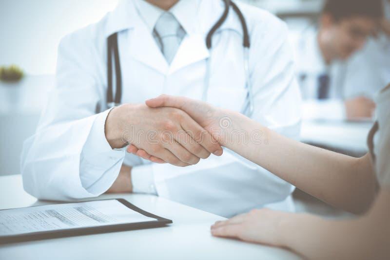 Partnerskap, förtroendeogdoktor och patient, begrepp för medicinska etik Handskakning i medicin royaltyfria bilder