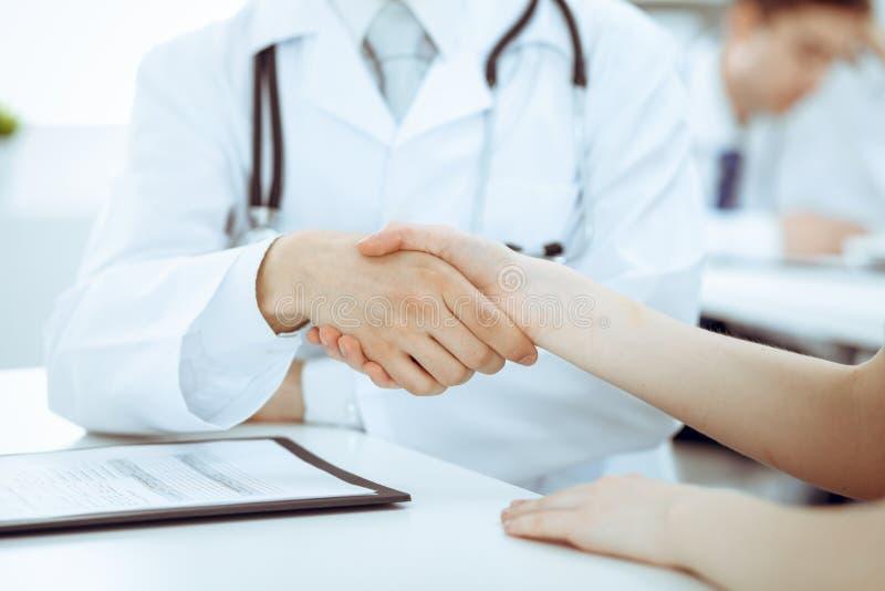 Partnerskap, f?rtroendeogdoktor och patient, begrepp f?r medicinska etik Handskakning i medicin arkivfoto