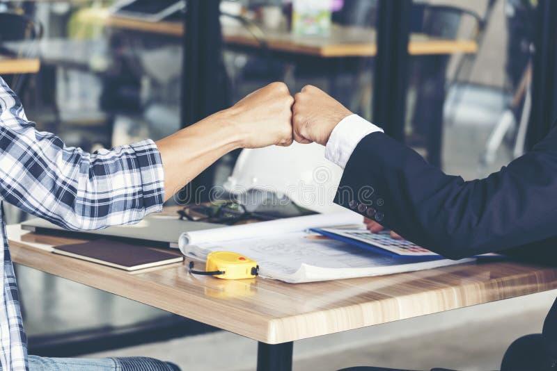 Partnersvertrouwen in Team Giving Fist Bump aan Groet Startprojectcontractant De zakenman Teamwork is binnen Vennootschap royalty-vrije stock foto