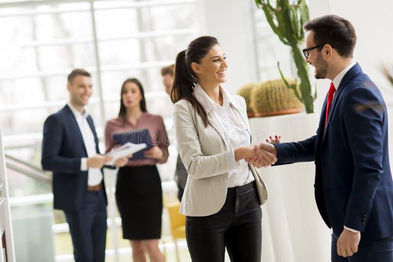 Partnery biznesowi analizują biznesowych rezultaty w nowożytnym biurze obrazy stock