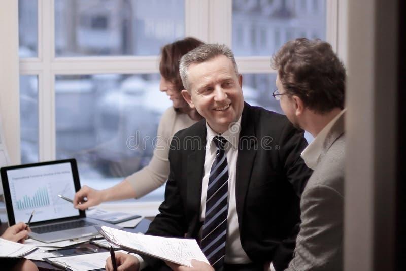 Partnery biznesowi angażowali w dialog w nowożytnym biurze obrazy stock