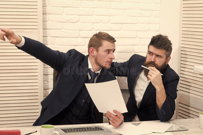 Partnery biznesowi, biznesmeni dyskutują biznes przy spotkaniem w biurze pojęcia dolarowego połowu salowa biurowa sceny plandeki  obraz stock