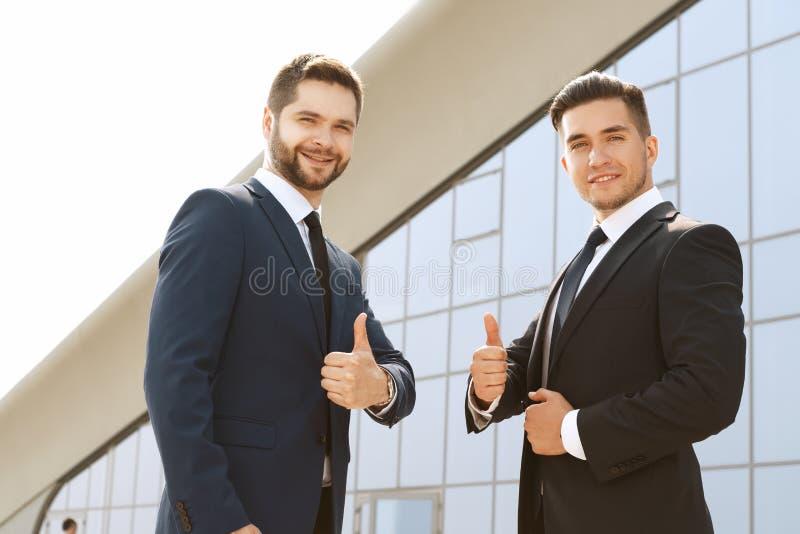 Partnery biznesowi daje kciukowi up zdjęcia stock