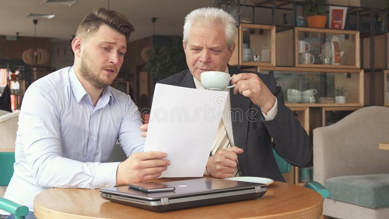 Partnery biznesowi dyskutują niektóre papiery zdjęcie stock