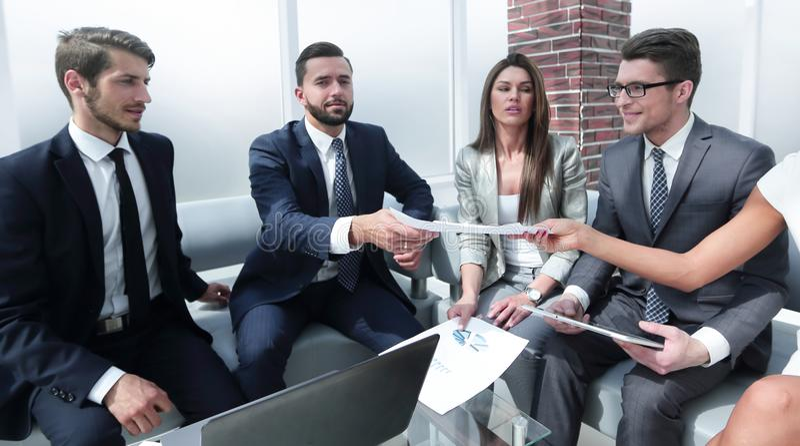 Partnery biznesowi dyskutują pieniężnych zagadnienia obrazy royalty free