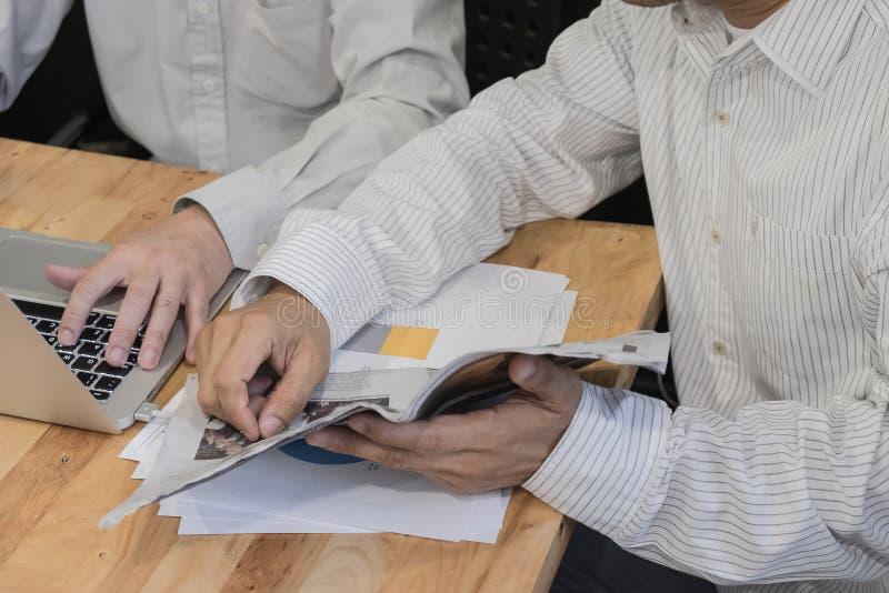 Partnery biznesowi dyskutuje dokumenty i pomysły obrazy stock