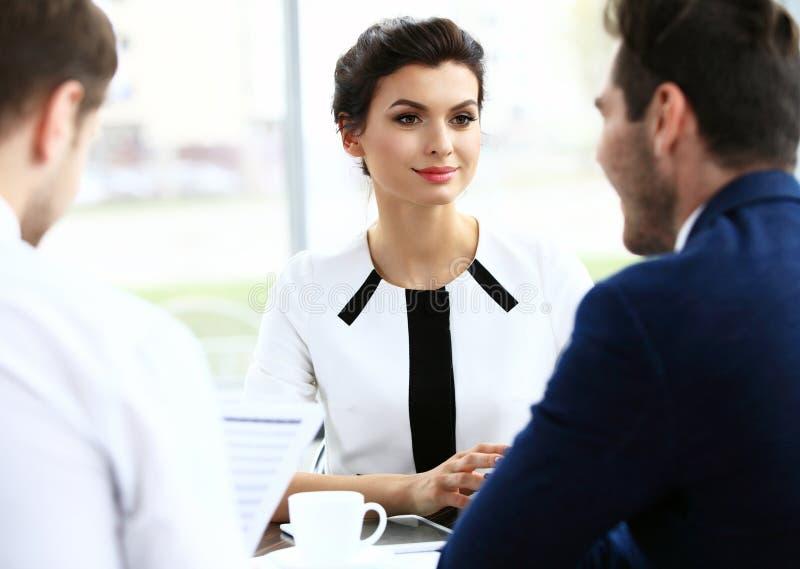 Partnery biznesowi dyskutuje dokumenty i pomysły przy spotkaniem zdjęcie stock