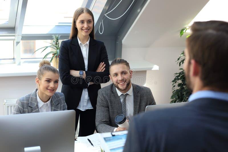 Partnery biznesowi dyskutuje dokumenty i pomys?y przy spotkaniem obraz stock