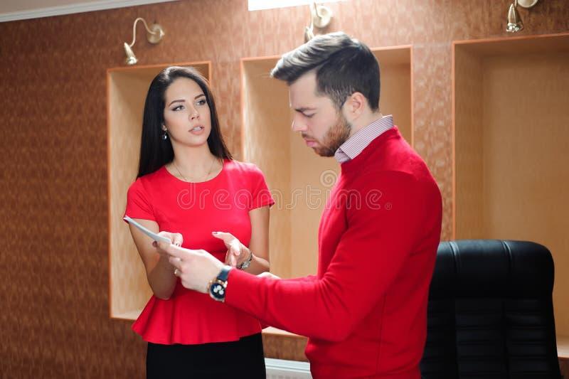 Partnery biznesowi dyskutuje dokumenty przy spotkaniem obrazy royalty free